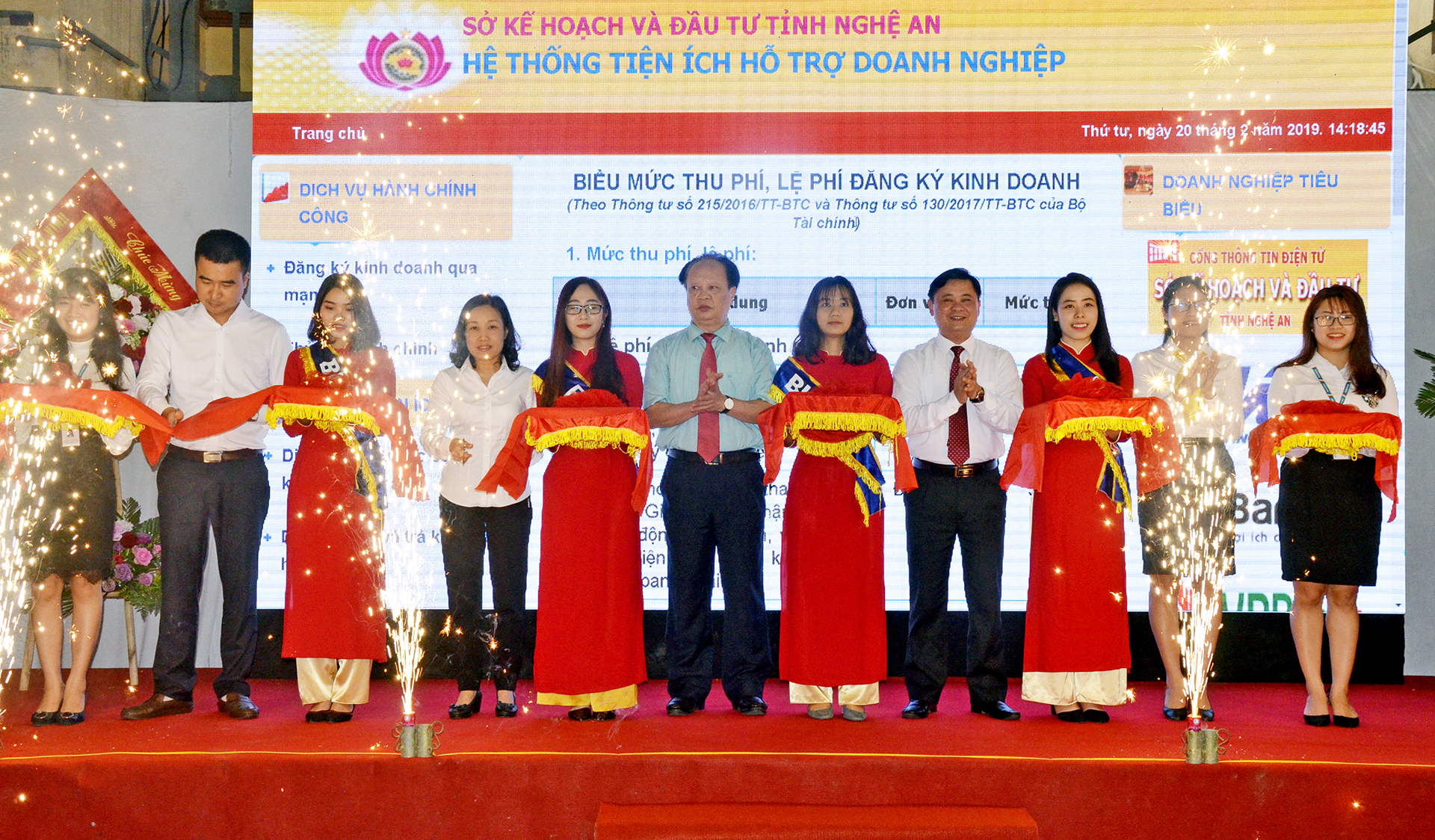 Chairman of Provincial People's Committee Thai Thanh Quy and delegates cut ribbons to open electronic information portal supporting enterprises.